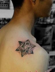 男性肩部好看的六芒星纹身图片