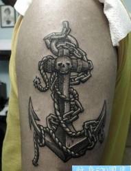 手臂好看的黑灰船锚纹身图片