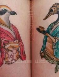 小臂上的红蓝卡通形象纹身