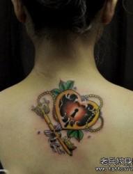 美女背部钥匙与爱心锁纹身图片