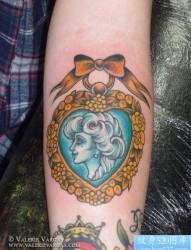 手臂流行精美的old school美女纹身图片