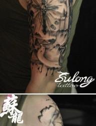 手臂前卫经典的十字架与黑暗城堡纹身图片