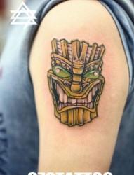 手臂前卫流行的面具纹身图片