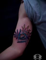 手臂内侧前卫流行的上帝之眼与大麻叶纹身图片