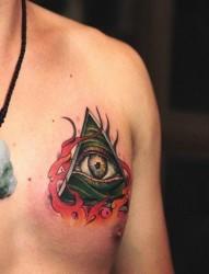 男性胸前很酷经典的全视之眼纹身图片