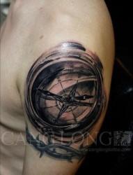 前卫很酷的一张指南针纹身图片
