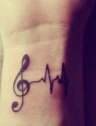 手臂上一款小清新音符纹身