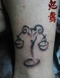 腿部唯美的水墨风格的星座纹身图片