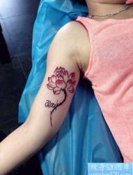 女人手臂内侧唯美流行的莲花纹身图片