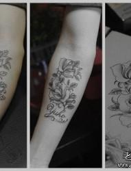 男性手臂唯美前卫的黑白玫瑰纹身图片