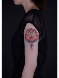 女人手臂漂亮唯美的彩色莲花纹身图片