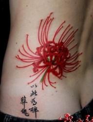腰部好看经典的彼岸花纹身图片
