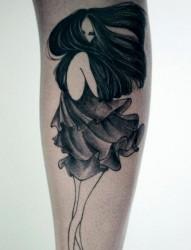 手臂上一款穿裙子的女生纹身