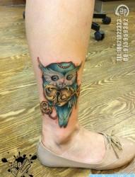 女人腿部流行前卫的猫头鹰爱心锁钥匙纹身图片