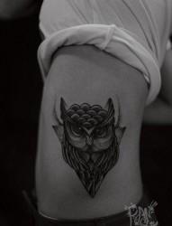 侧腰经典流行的一张猫头鹰纹身图片