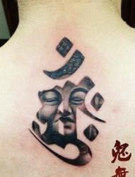 后背流行前卫的一张梵文与佛头纹身图片