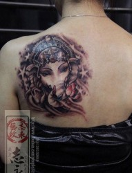 女人肩背唯美的象神纹身图片
