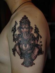 男生手臂唯美经典的黑白象神纹身图片