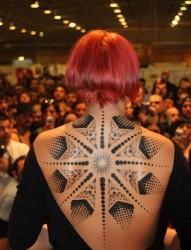 女性背部一款超大气的图腾纹身