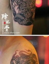 手臂经典帅气的嘎巴拉纹身图片