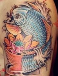 大臂上的彩色鲤鱼莲花纹身图案
