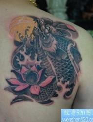 男性肩背一张神兽鳌鱼纹身图片