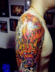 男生手臂很酷经典的彩色鳌鱼纹身图片