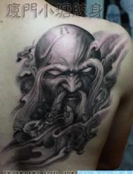 男性肩背很酷的降龙罗汉纹身图片