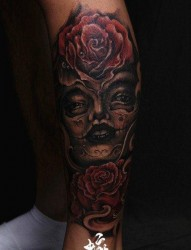 腿部漂亮精美的亡灵装美女与玫瑰纹身图片