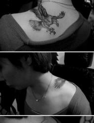 美女肩背帅气经典的老鹰纹身图片