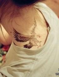 女孩子肩部帅气的老鹰纹身图片