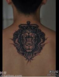 男性后背经典的黑白狮子纹身图片