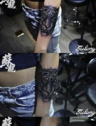 女人手臂很酷经典的虎头纹身图片