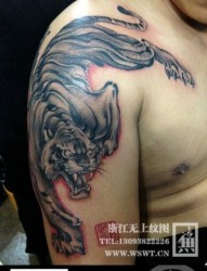 一幅帅气的披肩下山虎纹身图片