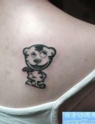 女孩子肩部可爱的图腾小老虎纹身图片