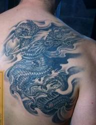 男生喜欢的背部龙纹身图片