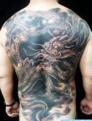 男生背部超酷的满背黑灰龙纹身图片