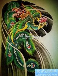 一幅时尚经典的传统半甲凤凰纹身图片