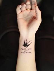 女性手臂燕子英文刺青