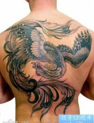 男生后背潮流经典的黑白凤凰纹身图片