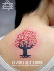 美女背部好看的图腾小树与小鸟纹身图片