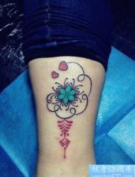 时尚好看的一幅女人腿部图腾纹身图片