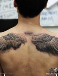 背部老鹰翅膀纹身图片