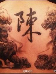 男生背部霸气潮流的石狮子纹身图片