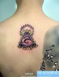 男人背部潮流经典的眼睛纹身图片