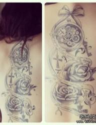 女人手臂时尚经典的怀表与玫瑰花纹身图片