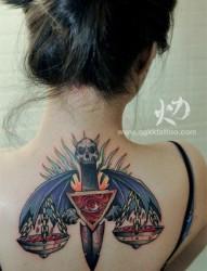 女人后背超酷的翅膀匕首纹身图片