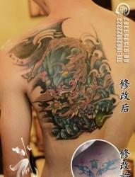 男人后背很酷帅气的唐狮子纹身图片