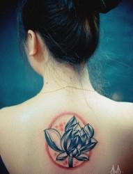 女人后背唯美精美的莲花纹身图片