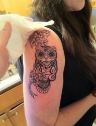 大臂上漂亮的猫头鹰纹身